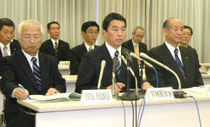 原発事故の被害対応をめぐり記者会見する村井知事(中央)と県内19市町長