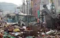 路線バスが、津波で流され市街地で大破したまま放置されていた=岩手県釜石市の大渡町商店街で2011年3月12日午前7時40分ごろ、鬼山親芳撮影