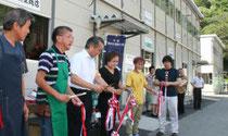 テープカットでオープンを祝った仮設商店街=16日、釜石市天神町