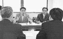 (写真)民間賃貸住宅の借り上げ制度の実施状況を埼玉県担当者(手前)から聞く塩川衆院議員(奥左)と村岡正嗣県議=18日、埼玉県庁
