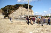 【写真説明】津波被害を受け解体した住宅跡地を視察する筑波大の調査団=北茨城市平潟町