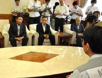 県庁を訪れ、村井知事(手前)と水産業振興について意見を交わす菊地会長(左)