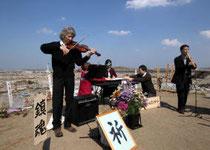 会場には鎮魂の調べが響いた=8日午後2時40分ごろ、名取市閖上の日和山