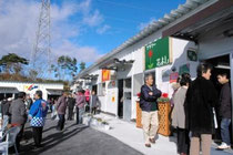 開店した仮設店舗。看板は地元の中学生や町民が作った=七ケ浜町