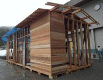 飯能市が災害時に建設促進を提唱する地域の木材を使った仮設住宅=同市で