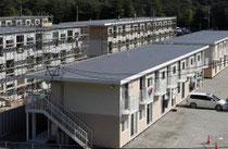 宮城県女川町で2、3階建て仮設住宅の整備が進む総合運動公園町民野球場