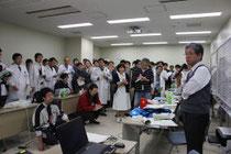 里見院長(右)を中心に、被災地支援の活動方針を確認した災害対策本部のミーティング=3月14日、東北大病院