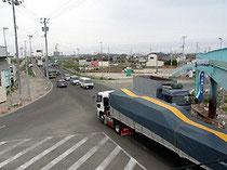 震災後も多くの車が行き交う閖上地区の五差路。津波は渋滞の車列ものみ込んだ=宮城県名取市で、安高晋撮影