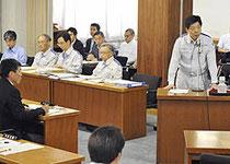 県議会全員協議会で謝罪と説明をする深野原子力安全保安院長(右)