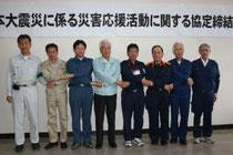 災害応援協定締結後に握手する8市町の首長ら