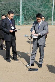 校庭で空間放射線量測定を行う県教委の職員=10日、特別支援学校流山高等学園第二キャンパス