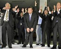 上関町長選で3選が決まり、支援者に頭を下げる柏原重海氏(中央)=25日午後9時10分、山口県上関町
