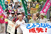 脱原発を訴え、福岡市内を歩く参加者たち=19日午後2時39分、福岡亜純撮影
