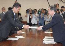 【写真】細野環境相兼原発事故担当相(左)に要請書を手渡す佐藤知事