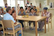 開所した「サポートセンター和野っこ」でくつろぐ高齢者=1日、岩手県大槌町