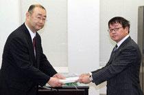 【写真】復興特区、復興交付金の申請書を井上事務局長(左)に提出する上野副知事
