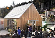 【写真=オープンした仮設カフェ「りくカフェ」。住民らの交流拠点を目指す=陸前高田市】