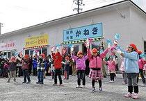 【写真=「オープンおめでとうございます」。地の森八軒街の営業開始を祝い、踊りを披露する海の星幼稚園の園児=大船渡市】