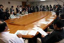 水産業復興特区構想の撤廃を県側(左)に求める県漁協幹部たち=宮城県庁で2011年5月13日、宇多川はるか撮影