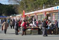 オープン初日から大勢の買い物客らが訪れた伊里前福幸商店街