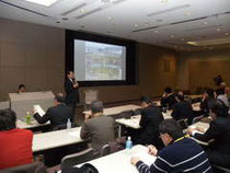 【写真説明】水や土壌からの放射性物質の除去、処理方法について総括的な立場から報告した北海道大学の佐藤努教授=つくば市千現
