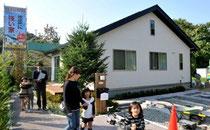 復興住宅のモデルハウス。1・5倍の耐震強度と太陽光発電パネルが特徴=宮古市、相場郁朗撮影