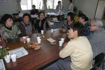 見守り協働事業の一環として、コーヒーを飲みながら困り事を聞いたふれあいサロン=15日、仙台市太白区あすと長町