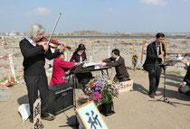 閖上地区を見渡せる日和山で行った鎮魂の演奏会で、バイオリンを奏でる松本克巳さん(左端)ら=宮城県名取市で2011年5月8日午後2時39分、手塚耕一郎撮影