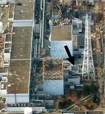 自衛隊ヘリから撮影した福島第一原発。右下の排気筒付近(矢印)で毎時1万ミリシーベルト以上の高線量を測定した=4月26日(防衛省提供)
