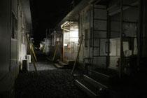 石巻市旧河北町内の仮設住宅。夜になっても明かりがともらず、空き室と思われる部屋が並ぶ=1日