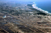 津波で壊滅的被害を受けた宮城県山元町周辺の沿岸部。復興計画は高台移転や多重防御をまちづくりの基本に据える=4月10日