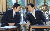 閣議に臨む鹿野農相(左)と菅首相=26日午前、国会