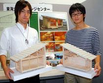 盛岡市が大槌町に建設予定のエコハウスのモデルとなる東海大の「どんぐりハウス」を紹介する下田さん、山内さん(左から)