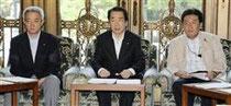 緊急災害対策本部の会合に臨む(左から)松本防災相、菅首相、枝野官房長官=20日午前、国会