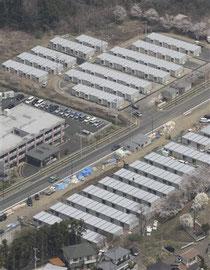 宮城県塩釜市に建設された仮設住宅=4月27日、共同通信社ヘリから