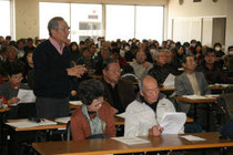 仙台市が開催した宅地復旧説明会。参加者から不満が相次いだ=昨年12月17日、泉区役所
