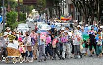 脱原発を訴える看板やポスターを掲げたデモ行進=19日午後2時58分、名古屋市中区、高橋雄大撮影
