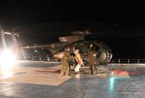 震災翌日、沿岸部の病院からヘリコプターで搬送される患者=3月12日、東北大病院(東北大病院提供)