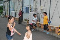 「桜大通り」では、子どもたちがお年寄りに見守られ、車を気にせずに遊べるようになった=宮城県名取市の箱塚桜仮設住宅で2011年7月9日午後4時58分、中村好見撮影