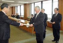 【写真】東北補償相談センターの小松所長(左)から要望に対する回答文書を受け取る青木議長ら=奥州市役所