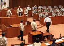 記名投票で実施された「水産業復興特区」構想の撤回を求める請願の採決=18日、県議会