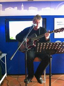 """Michael Voelkel spielt Jethro Tulls """"Thick as a Brick"""" live in der Bluebox-Show in Gelsenkirchen."""