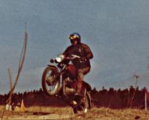 Zeigt einen Fahrer des Verein (Sektion Motorsport) bei einer Geländeprüfung.