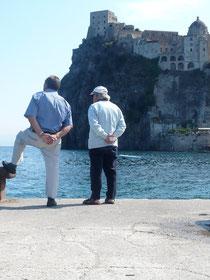 Zwei Männer, das Meer betrachtend