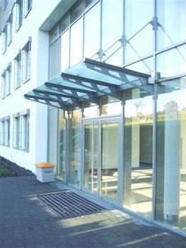 Glaskompetenz Glas-Vordach an Pfosten-Riegel-Konstruktion