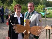 Peter hat's geschafft, er kann sich den großen Vogel umhängen.