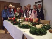 Die Teilnehmerinnen mit den selbst erstellten Adventsgestecken.