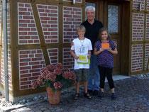 Moritz und Angelina nehmen ihre Preise entgegen
