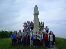 Gruppe vor dem Reblaus-Denkmal im Weinberg