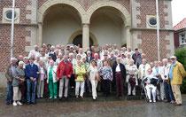 Gruppe vor dem Schloss Raesfeld